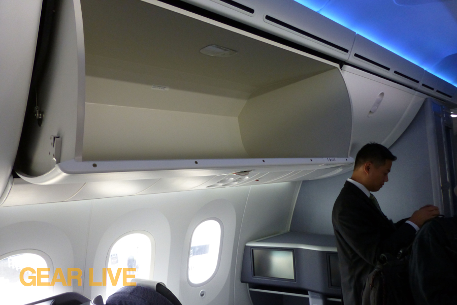 ... United Boeing 787 Dreamliner Overhead Compartment ...